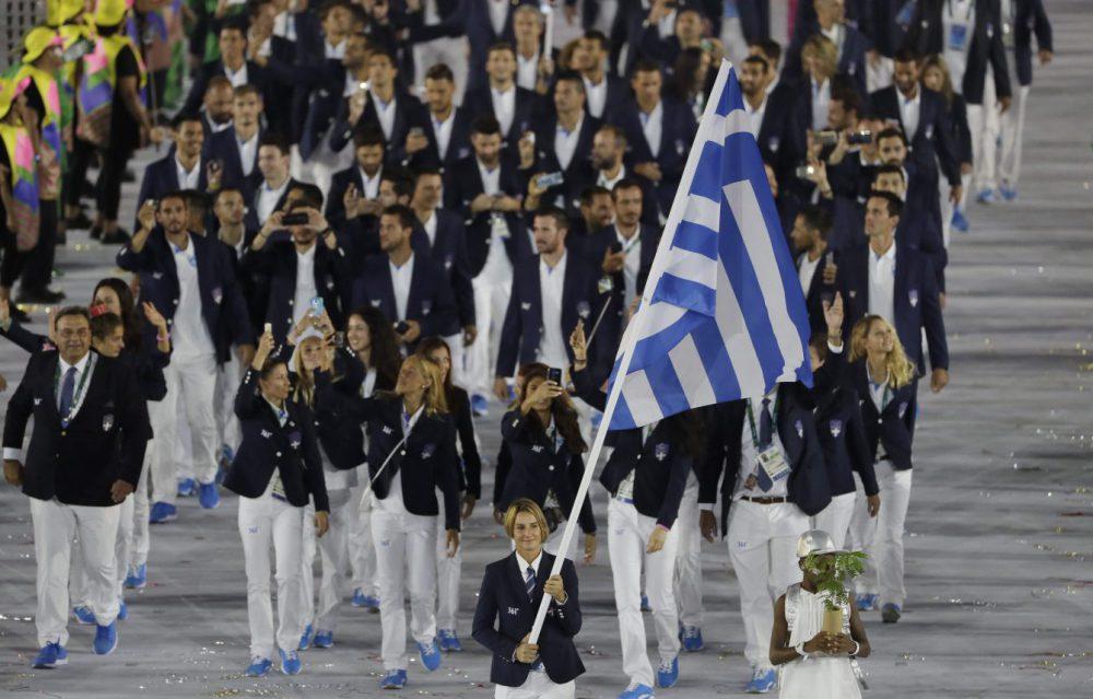 Grécia Lembrando as cores da bandeira com elegância e simplicidade, os gregos também apostaram na combinação de blazer escuro e calça clara. Uma tradição entre os uniformes esportivos.
