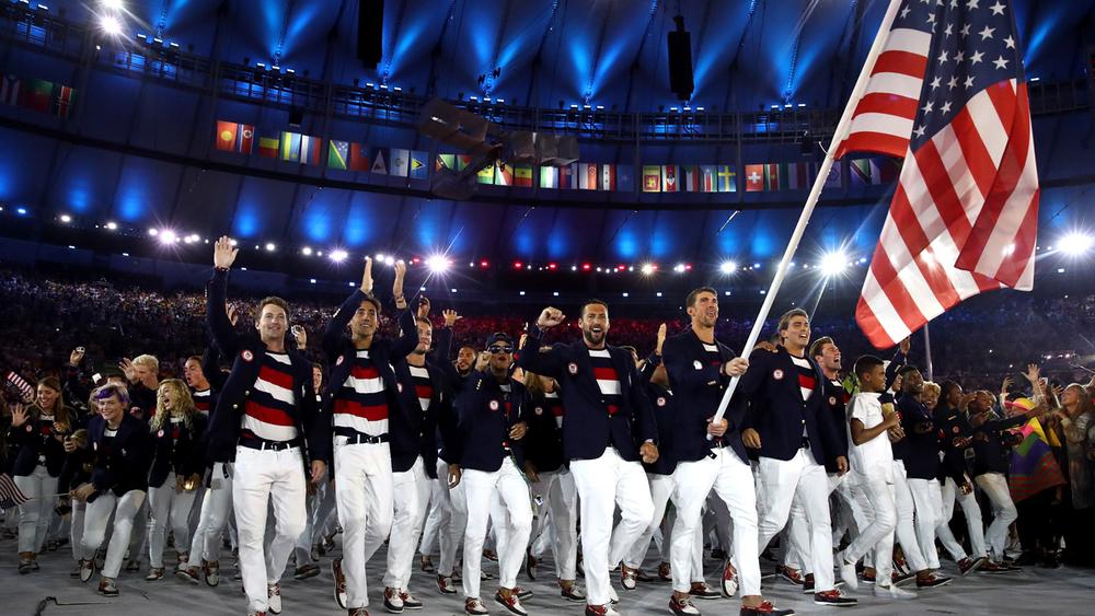 Estados Unidos Também fruto de uma parceria com uma grife de roupa, os americanos vestiram Ralph Lauren para desfilar no Maracanã. Como deve ser a tônica durante os jogos, os americanos também brigam por medalha no quesito elegância.