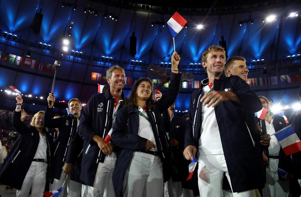 França Em parceria com a grife Lacoste, os franceses optaram por um perfil mais esportivo, trocando os blazers por casacos mais longos. A mistura de cores também mereceu elogios.