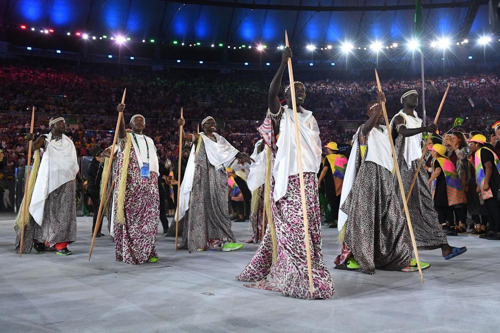 Fica aqui a nossa homenagem a todas as delegações. Principalmente as que honraram as suas origens na hora de se vestir. Parabéns à todos e viva o espírito olímpico.