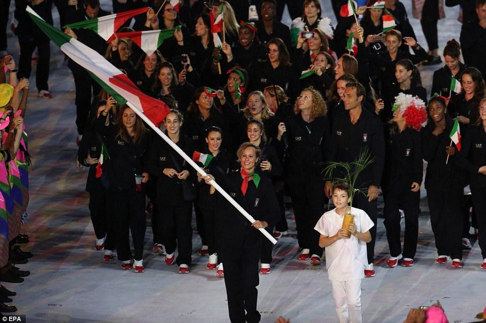 Itália Com criação de ninguém mais ninguém menos do que Giorgio Armani, a Itália soube manter a tradição de elegância e bom gosto na cerimônia. Faltou um pouco de cor, na nossa opinião, mas quem somos nós para discordar deles em termos de estilo?