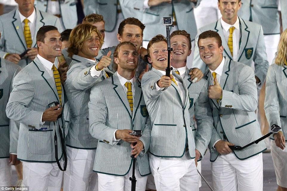 Austrália De paletó, camisa e gravata, os australianos investiram nos tons claros para combinar com o Brasil e a sua própria característica tropical. Destaque para a parte inferior do traje, que substituiu as calças pelas bermudas.