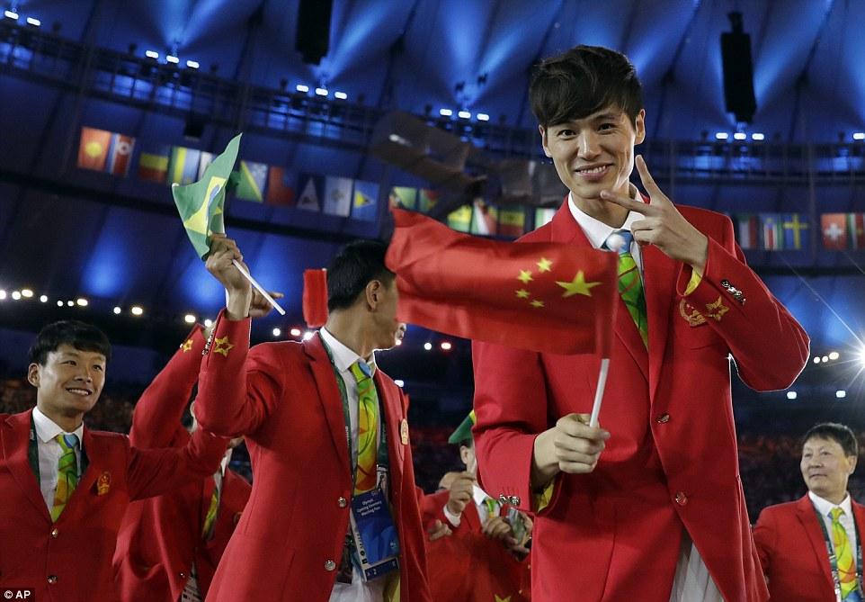 China Os chineses foram outros que trouxeram as cores da bandeira nacional para o uniforme. Uma combinação mais ousada, mas que merece o nosso reconhecimento. Ainda mais por adotar as cores dos jogos na gravata.