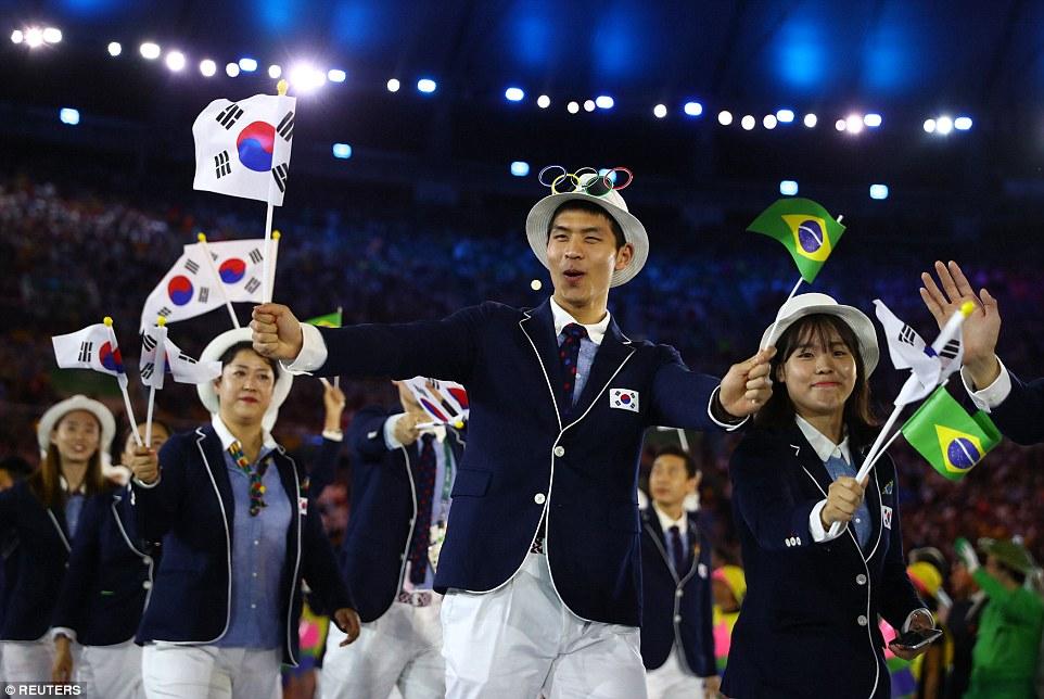 Coréia do Sul Entrando também no páreo por uma medalha na modalidade elegância, os sul-coreanos demonstraram a mesma dose de carisma no desfile das delegações. Cores muito bem combinadas e detalhes ricos em bom gosto nos trajes dos atletas.