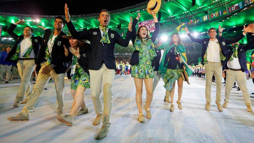 Brasil Atentando para as suas origens sem descambar para algo exagerado demais, o time brasileiro também investiu na combinação de marinho com bege. Os lenços e estampados coloridos deram o destaque final.