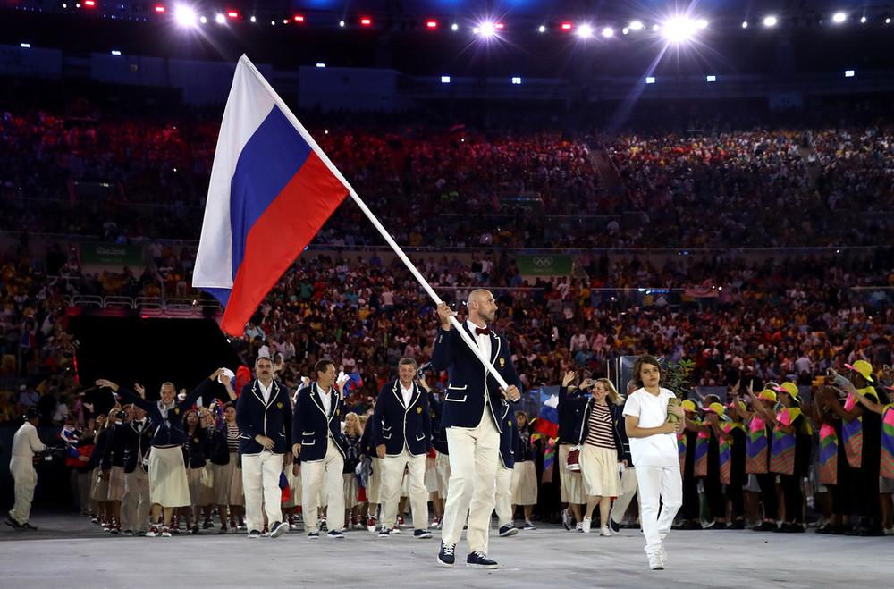 Rússia Seguindo numa vertente parecida, a delegação russa também optou por blazers com detalhes em branco, calça clara e gravata borboleta. Aplausos para eles.