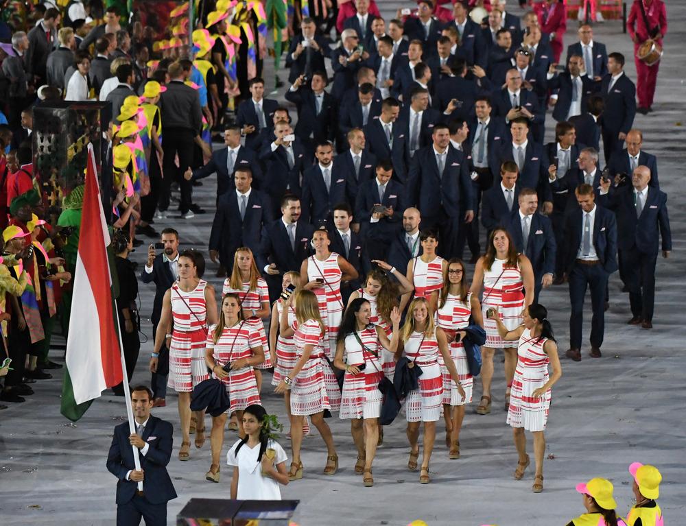 Hungria Partindo para um visual mais sóbrio e ao mesmo tempo cheio de elegância, os húngaros mais pareciam estar desfilando em um tapete vermelho. Chiques até no esporte.