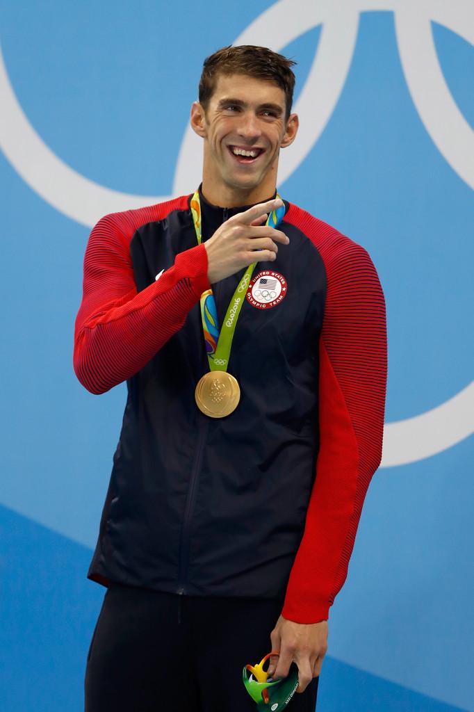Estados Unidos Por fim, aquele uniforme mais visto durante a Olimpíada. Foram 121 subidas ao pódio. Sempre trajando essa bela combinação de azul marinho e vermelho, com detalhes degradê nas mangas. Digno do líder do quadro de medalhas.