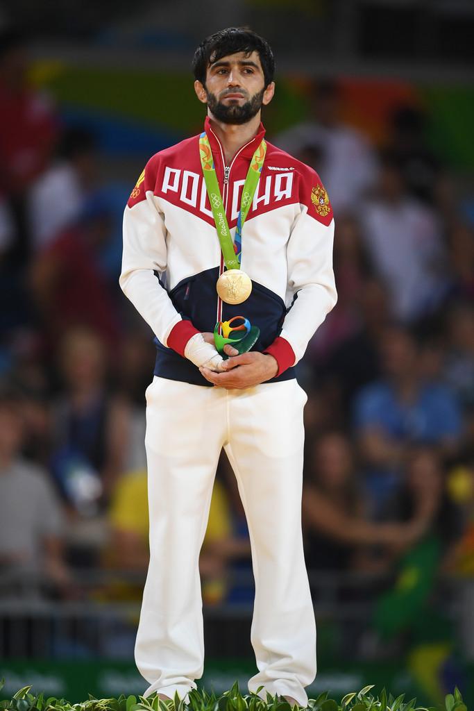 Rússia Também levando as cores da bandeira para o uniforme, os russos tiveram um dos trajes mais elogiados de todo o evento. Bela disposição de cores, sem maiores exageros e uma pegada minimalista de extremo bom gosto.