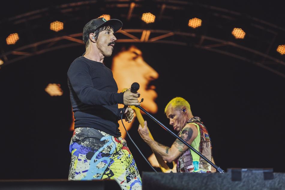 Red Hot Chili Peppers Principal nome no cartaz de ambos festivais, o RHCP trouxe mais uma vez o seu visual icônico, com muitas cores, estampas e uma mistura de estilos que vai do rock and roll ao hip-hop.