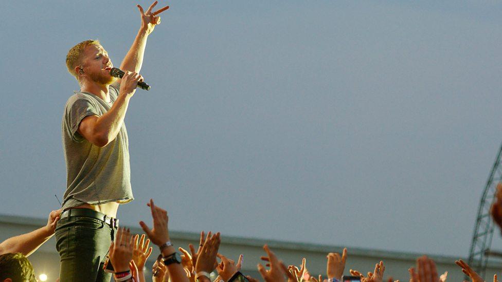 Imagine Dragons Novamente desferindo o seu visual rock and roll básico, o vocalista Dan Reynolds fez bem. Porque lembrem que básico não significa falta de elegância. O contrário, muitas vezes, sim.