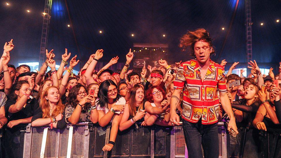 Cage The Elephant Mais um que apostou nas camisas estampadas para o verão foi o vocalista Matt Shultz. Um pouco extravagante, é verdade, mas a intenção foi certa e por tal ele merece o nosso reconhecimento.