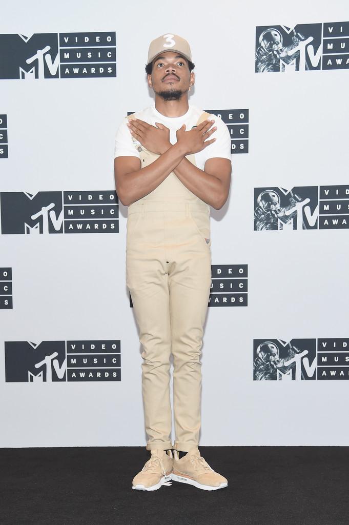 Chance The Rapper Já falamos sobre ele aqui. Bom gosto ele tem, mas de vez em quando escorrega. Aprovamos a simplicidade e o minimalismo da vestimenta, mas um dos principais prêmios da música americana merecia uma dose extra de formalidade.