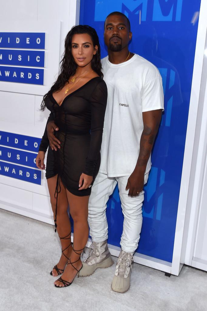 Kanye West Já falamos e voltamos a falar: Kanye perdeu a elegância em algum momento da vida. Suas roupas deixaram o bom gosto para apenas chamar a atenção. Mesmo com um figurino minimalista, encontramos detalhes extremamente dispensáveis como a bota por cima da calça e a camiseta alguns números maior. Já foi pior, é verdade. Mas também já foi muito melhor.