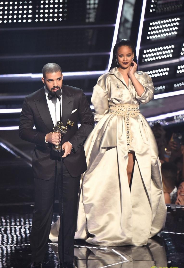 Drake Reponsável por premiar Rihanna com o Michael Jackson Vanguard Award, o rapper canadense estava impecável. O smoking com lapela peak foi uma excelente escolha para um dos principais nomes da música contemporânea homenagear um dos principais nomes da música contemporânea.