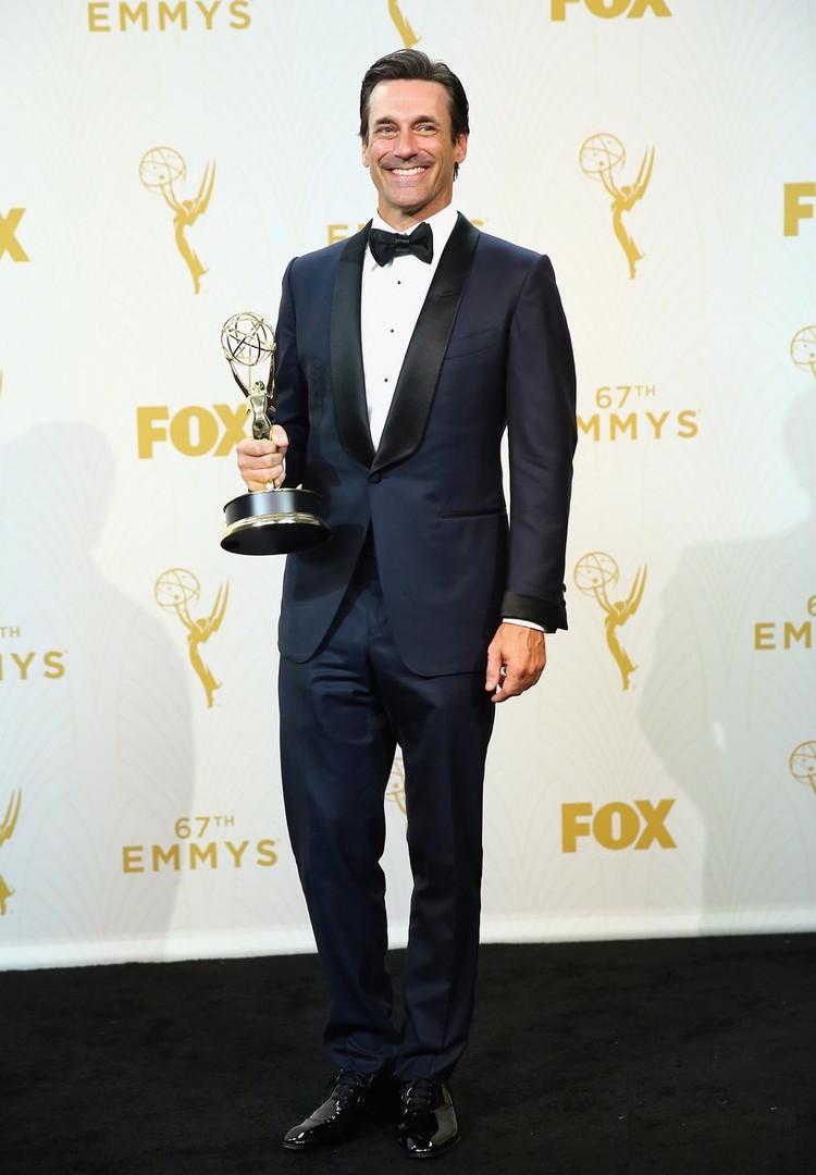 Abrindo a galeria com um dos vencedores. Jon Hamm não apenas foi premiado com o Emmy de melhor Ator em série de drama (por Mad Men), mas também foi eleito (ao menos por nós) como o mais elegante da noite. Traje de deixar até Don Draper com inveja.