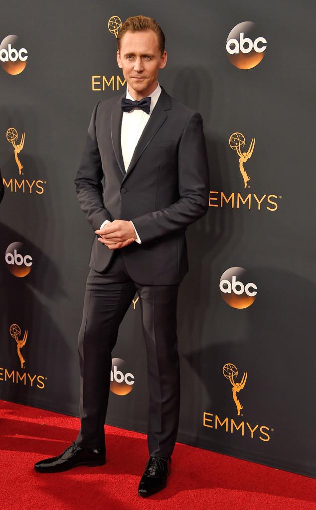 Cotado para interpretar o agente 007 nos próximos filmes da franquia, Tom Hiddleston mais uma vez mostra que pelo menos no quesito estilo, ele não vai precisar de nenhuma adaptação. Como um legítimo britânico, ele leva a alfaiataria ao seu nível mais alto, combinando bom gosto e muita elegância nos trajes. E ontem, como podem perceber, não foi diferente.
