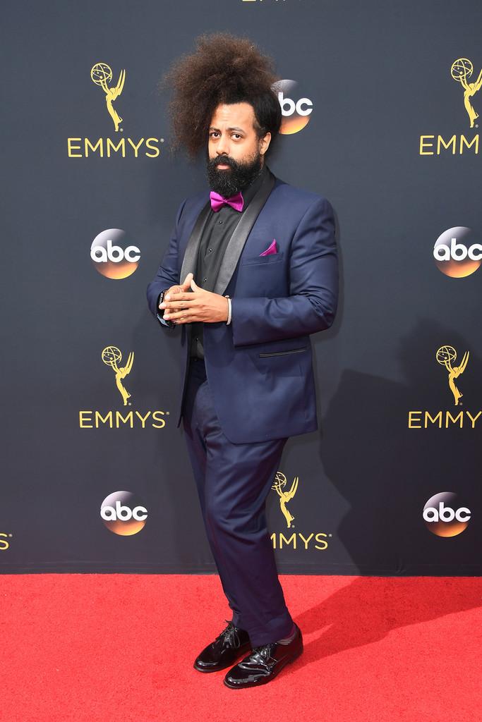 O músico/cantor/produtor/ator Reggie Watts foi um pouco além. Com o seu estilo icônico, ele até acertou nas cores, mas passou um pouco do ponto na escolha da gravata. Um modelo preto, por exemplo, faria um trabalho melhor. De qualquer forma, a personalidade do conjunto merece o nosso reconhecimento.