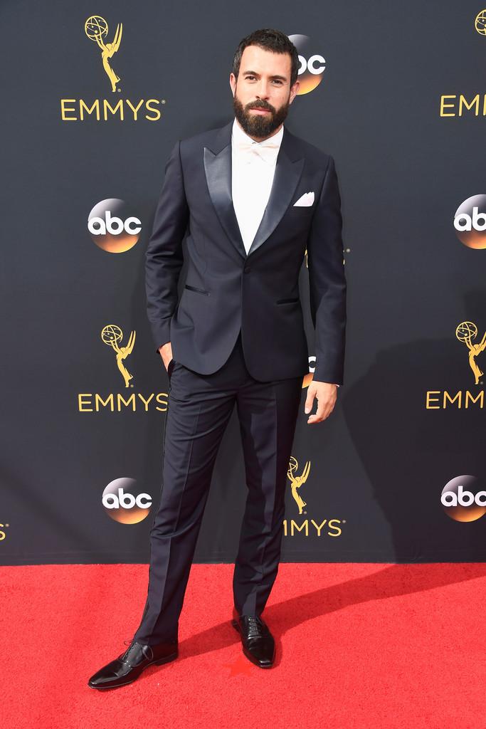 O ator Tom Cullen partiu para uma combinação mais clássica. Lapela  peak em cetim e gravata off white. Percebam como um traje feito com as medidas certas valoriza a silhueta e o corpo do indivíduo. Assim até uma combinação preto e branco ganha destaque.