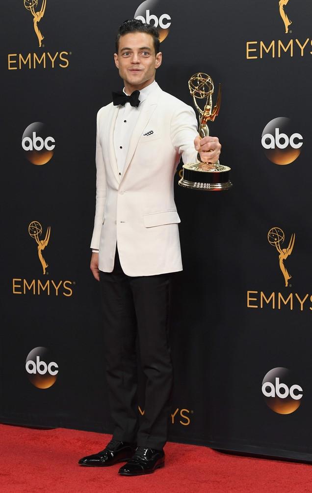 Vencedor na categoria Melhor Ator em série de Drama, Rami Malek sustentou o nosso argumento de que ele é uma  referência  de estilo masculino da nova geração. O smoking de paletó branco foi puro bom gosto, simplicidade e tremenda precisão de medidas.
