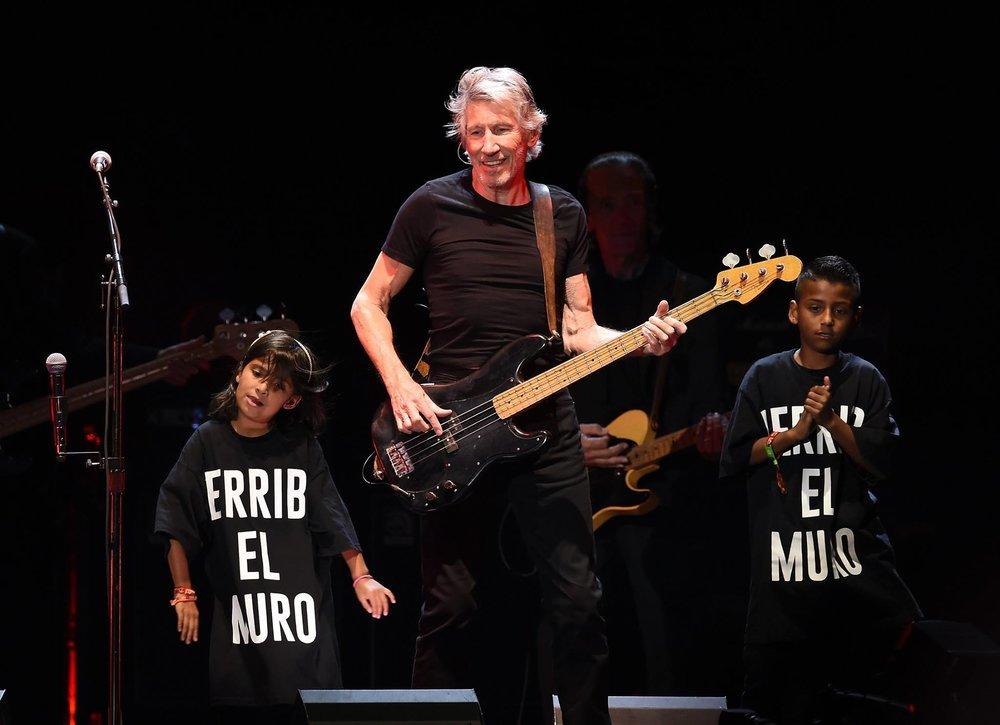 Roger Waters Outro que apostou no minimalismo foi o ex Pink Floyd, Roger Waters. Camiseta preta e calça preta. Básico e sim, muito elegante.