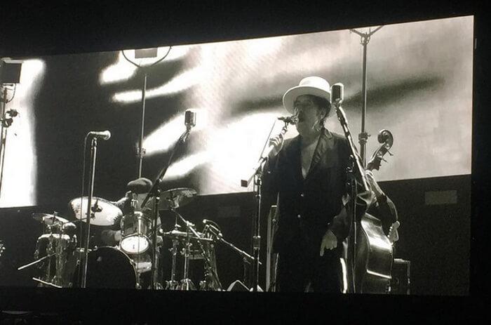 Bob Dylan Recentemente condecorado com o Prêmio Nobel de literatura, Bob Dylan também investiu no básico para o festival. Calça e camisas pretas com chapéu branco. A ausência de fotos melhores se justifica pela não autorização do cantor, limitando a presença de fotógrafos em frente ao palco.