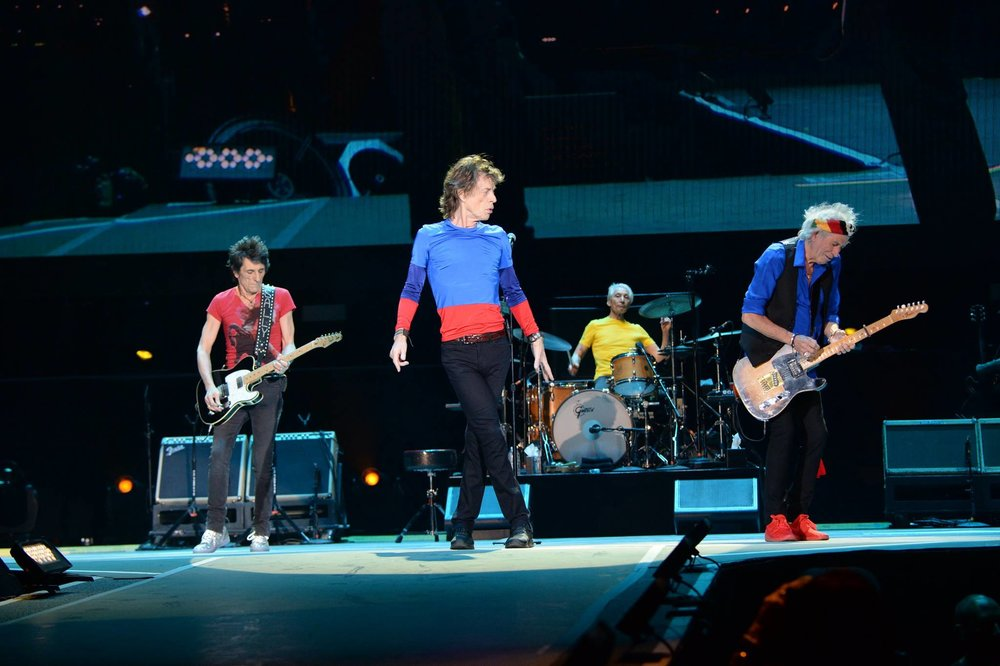 Rolling Stones Finalizando a nossa galeria de segunda, temos Mick, Keith, Ronnie e Charlie. Em figurinos mais coloridos do que os seus demais colegas de festival, os Stones mostraram que é possível fazer rock'n'roll (no caso deles, há 50 anos) e ainda mostrar cor e alegria na roupa.