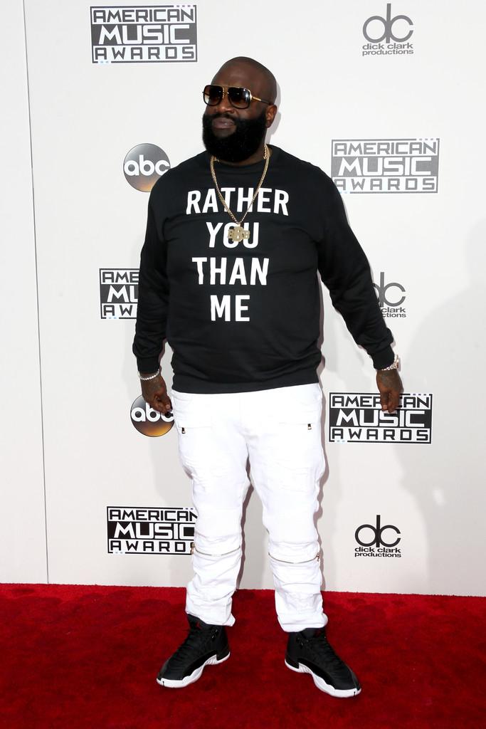 Rick Ross Encerrando a nossa galeria, o rapper nos brinda com um visual preto e branco ao seu melhor estilo. A calça está comprida demais,o tênis esportivo demais e os acessórios chamativos demais? Sim, concordamos. Rick Ross entra aqui como referência de barba mesmo.