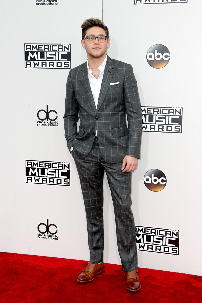 Niall Horan Honrando as tradições britânicas, o cantor do One Direction merece muitos elogios pela vestimenta escolhida. A combinação do traje cinza com sapato marrom foi perfeita. Vale a dica, principalmente para eventos diurnos.