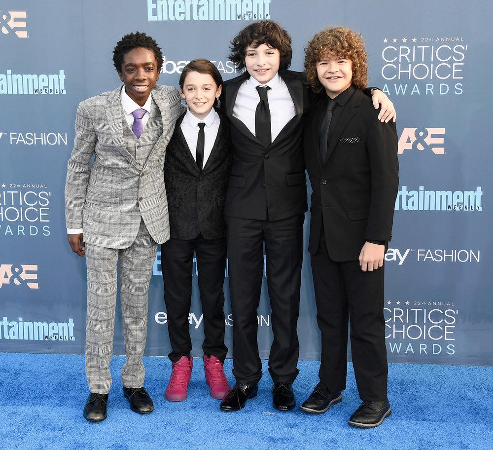 """Caleb McLaughlin, Noah Schnapp, Finn Wolfhard e Gaten Matarazzo O quarteto da série """"Stranger Things"""" foi um dos destaques da premiação. Todos devidamente trajados, cada um do seu jeito. Elegantes, originais e totalmente adequados."""