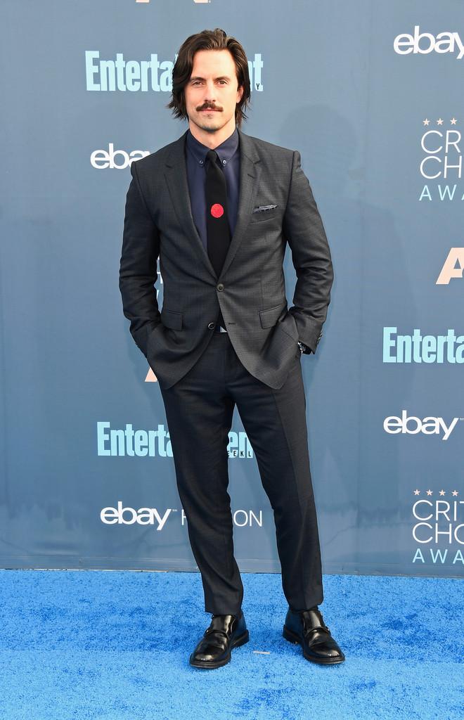 Milo Ventimiglia Um pouco menos formal, como Rami Malek. Mas também como Malek, Milo Ventimiglia acertou em cheio na combinação. A escolha pelo colarinho americano para a camisa combinou muito com o conjunto, mesmo 'despojando-o'ainda mais.