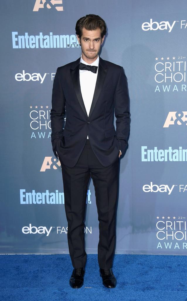Andrew Garfield Voltamos para o perfil mais formal da festa. O ator anglo-americano foi outro a desferir um smoking. Com blazer azul marinho de lapelas peak (em ponta) e calças pretas, ele retorna ao nosso convívio com muita elegância.