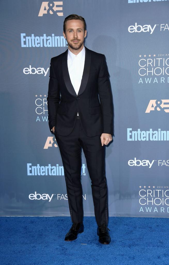 Ryan Gosling Outro que seguidamente adere a  air tie , Gosling era mais uma escolha óbvia para a galeria de mais elegantes. E olha o figurino: camisa branca, smoking preto de lapela redonda (shawl) e um bom alfaiate.