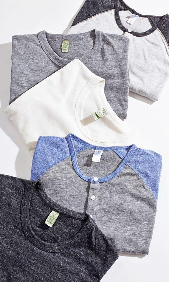 Camisetas básicas Nunca (nunca mesmo) é demais. Combinam com qualquer outra peça e qualquer ocasião. Seja na beira da praia ou na balada. As mais tradicionais como a branca, cinza e preta são ainda mais coringas.