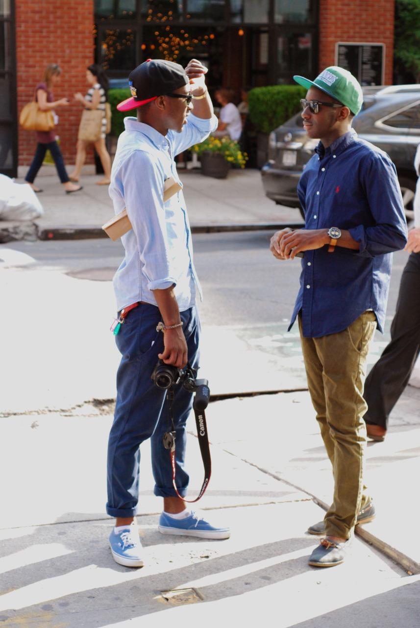 Calça chino Só porque é verão, não significa que a gente não possa usar calça. E a  calça chino  é um modelo bacana para essa temporada. Mais frescas, elas podem ser facilmente combinadas com camisa, camiseta, sapato, tênis ou até chinelo.