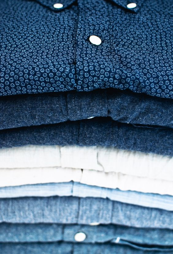Camisa Mesma coisa das camisetas básicas. Nunca é demais e é sempre bom ter opções variadas. Para o réveillon, as mais claras (com ou sem estampa) são as preferidas. Basta escolher os modelos de toque mais leve que não faltarão ocasiões para vestir.