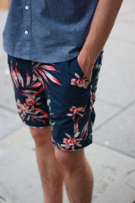Bermuda de praia Já falamos sobre ela algumas vezes. Pode ser lisa ou estampada, colorida ou mais sóbria. O importante é a funcionalidade e o corte. Nada muito abaixo nem muito acima do joelho. Na nossa última  sessão retrô  listamos alguns modelos.