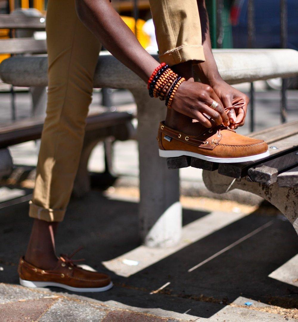 Docksides A dose perfeita de formalidade e elegância para o calçado no verão. As cores mais tradicionais são marrom e azul, mas outras cores também podem combinar muito bem. Afinal, o calçado ideal pode fazer toda diferença no figurino.