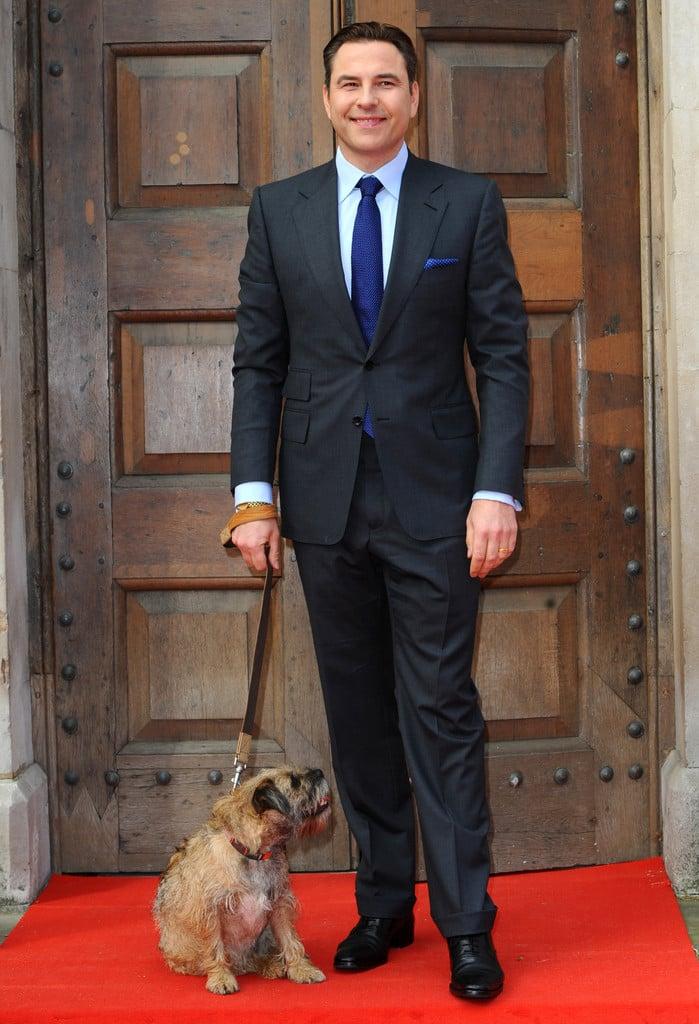 David Walliams é um escritor inglês de grande popularidade no seu país. Sua extrema habilidade para se vestir (vista principalmente através de ternos e trajes) coloca ele no hall não apenas das referências literárias, mas também das de estilo.