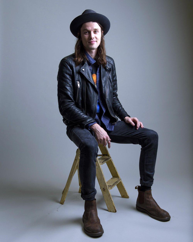 James Bay Das últimas novidades que a música apresentou, James Bay é uma das melhores. Ainda mais se observarmos de um ponto de vista estético. A mesma habilidade com o violão se transfere para as roupas, dando ao jovem cantor inglês esse estilo que mistura características do rock, do grunge e até do hippie.