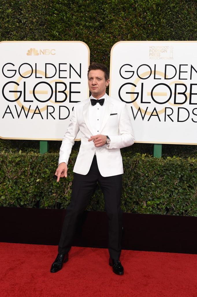 Jeremy Renner Outro que sempre se sai bem nesse tipo de evento. Renner foi daqueles que optou pelo branco no paletó, contrastando com a calça, sapato, gravata, lenço e até os botões da camisa (todos pretos). Um acerto, uma vez que mesmo de branco ele conseguiu adotar um estilo minimalista com muita elegância.