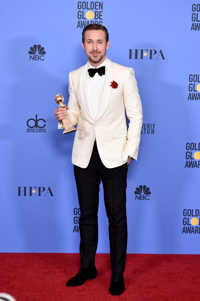 Ryan Gosling Vencedor na categoria Melhor Ator em filme de Comédia/Musical, Gosling também investiu no branco. Mas com simplicidade e extrema discrição. Lapela shawl, como os smokings mais clássicos, e uma belíssima rosa vermelha na lapela. Pronto.Aplausos pra ele também pelo traje.