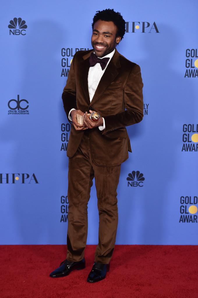 Donald Glover Vencedor na categoria Melhor Ator em Série Comédia ou Musical, Donald Glover mais uma vez manteve a elegância já habitual. Seu smoking aveludado foi um primor de corte e bom gosto. Tudo no lugar, com as cores certas e os tamanhos exatos.