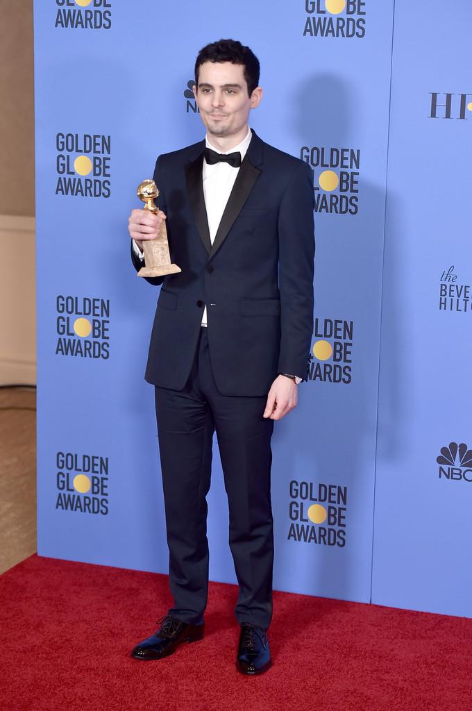 """Damien Chazelle Responsável por um dos grandes vencedores da noite (""""La La Land""""), o jovem diretor merece elogios também pelo seu bom gosto no figurino. Smoking azul com detalhes em preto na lapela. Precisa mais?"""