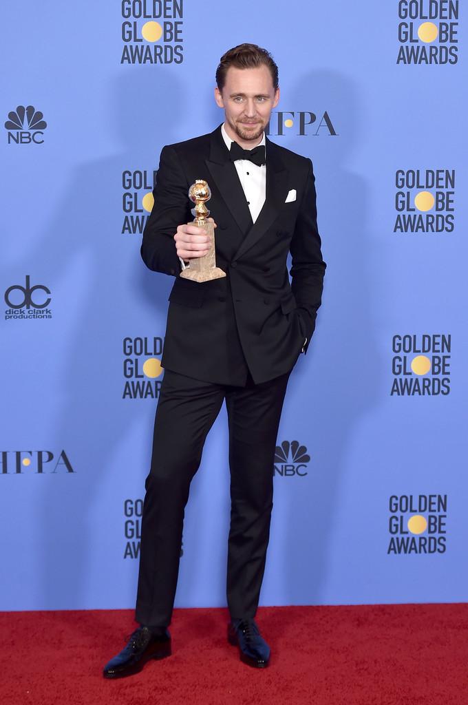 Tom Hiddleston Mais um que insiste em retornar a cada tapete vermelho que passa, o ator inglês, que venceu o prêmio na categoria Melhor Ator em uma mini-série, manteve seu altíssimo padrão de vestimenta. Com um blazer transpassado e um infalível lenço branco, ele se coloca no topo da lista dos mais elegantes da noite.