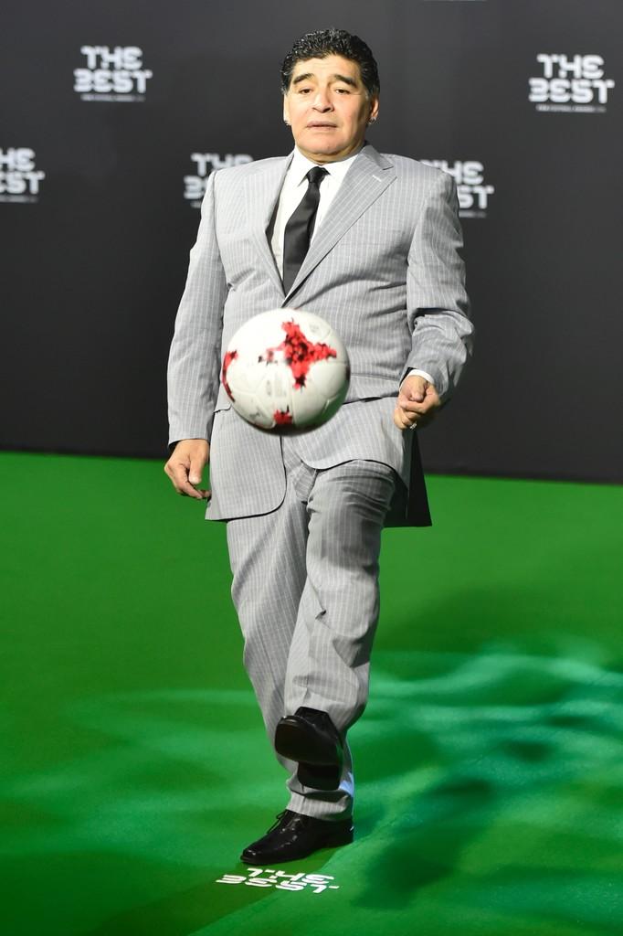 Diego Maradona Para muitos, o maior de todos os tempos. Em termos estéticos, bem longe disso. Traje claro para um evento noturno no auge do inverno europeu não combina muito. Fora que a calça parece bem folgada e o paletó passou bastante do comprimento ideal - a altura do dedão é uma boa medida padrão.