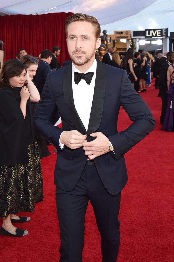 Ryan Gosling Dessa vez ele não levou o prêmio maior pra casa - 'perdeu' para Denzel Washington. Mas a julgar pelo figurino, bem que ele merecia. Para essa ocasião, o ator canadense optou pelo traje marinho com detalhes em preto. Uma excelente escolha. Discreto e ao mesmo tempo diferente.