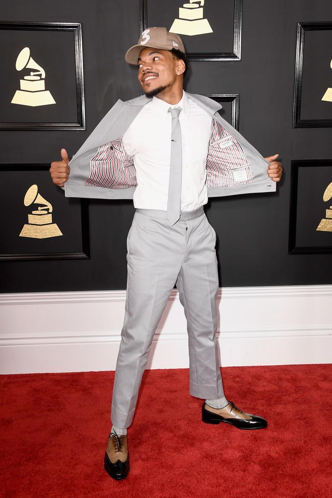 Chance The Rapper Vencedor em diversas categorias, o rapper americano também se destacou pela roupa. As cores até são discutíveis. Talvez um tom mais escuro fosse mais interessante... Mas não há como negar que o resultado final mereceu um lugar na nossa tão disputada galeria.