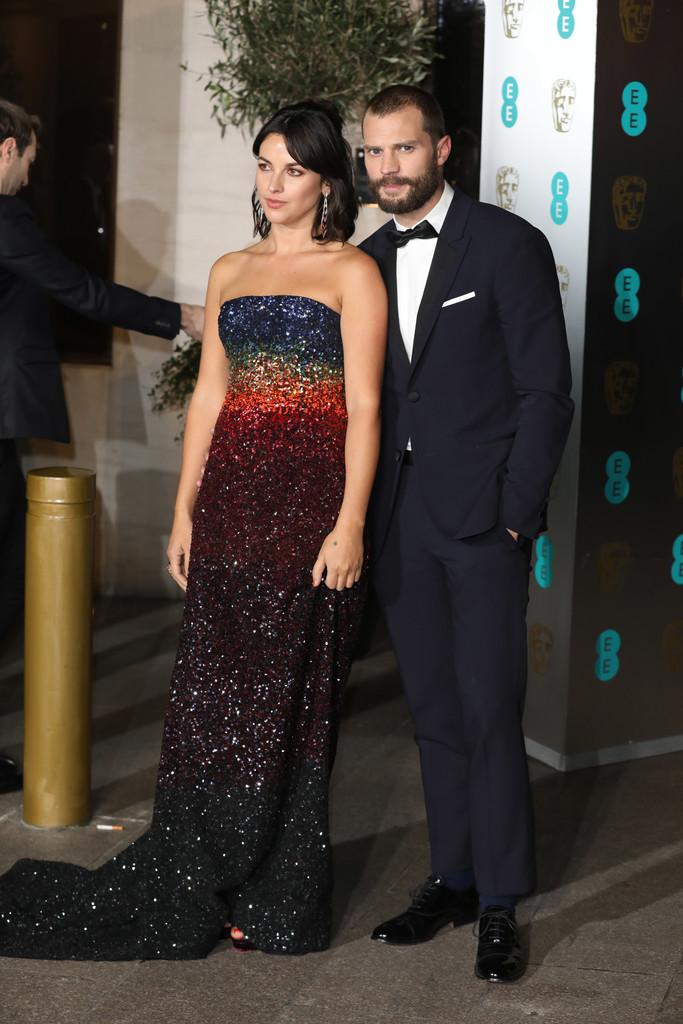 """Jamie Dornan Escurecendo as coisas um pouco, tivemos o Christian Grey, da série """"50 Tons de Cinza"""", mostrando que marinho e preto combinam sim. Faltou corrigir a calça, que ficou um pouco curta."""