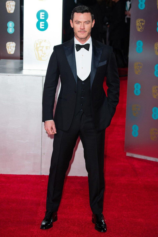 Luke Evans O único que vestiu terno da nossa galeria. Lembrem, terno é quando temos colete - o popular três peças. Numa versão bem clássica, de lapelas largas e em ponta, Evans lembrou os primórdios do  black tie  com esse belo costume.